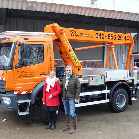 Von links nach rechts: Susan Zeilinga und Christian Schlamp (GF) mit der Hubarbeitsbühne P 250 BK auf MB 923 AF.